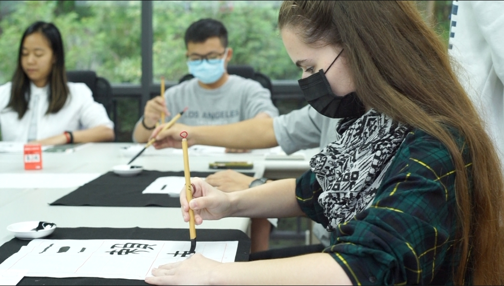 CYUT Chinese Learning Center specially arranged traditional Chinese calligraphy courses for foreign students to appreciate the beauty of Chinese words.