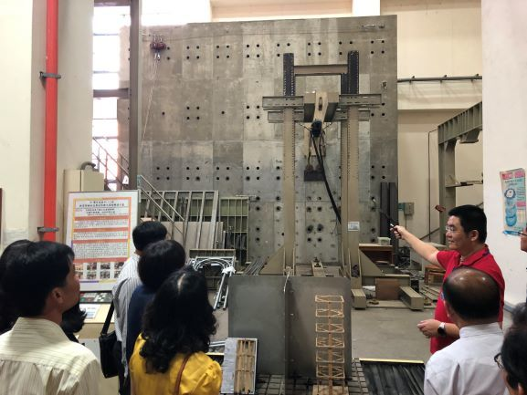 The Đồng Tháp Provincial Government Education Visiting Group was impressed with the expertise and equipment of the Structural Laboratory at CYUT.